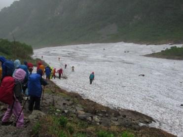 雪渓が数箇所残っている