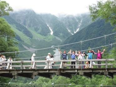 無事下山、河童橋で記念撮影