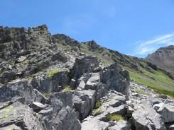 喘ぎ喘ぎ登る頂上直下の岩場