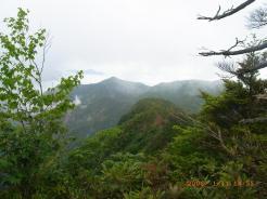 六林班峠への登山道から見た山波