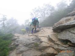 雨の中大日岩を登る