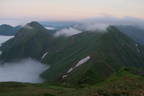 肩の小屋から万太郎山へと続く美しい尾根