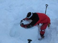 雪柱を削って弱層がどれくらいか測定