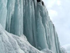 幾度が沢を渡り、氷柱に近づく