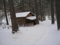 雪景色の中に避難小屋