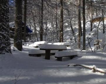 下山時、キャンプ場の椅子はまるで蒲鉾