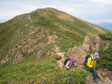 至仏山よりの下山路、蛇紋岩が滑りやすい