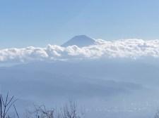 頭を雲の上に出した富士山