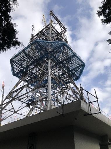 解体中の電波塔