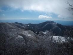 地蔵岳。奥の稜線は丹沢山系