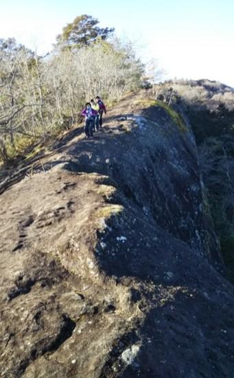 緊張して岩の上を歩く