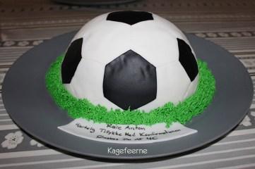 Chokoladekage forklædt som fodbold