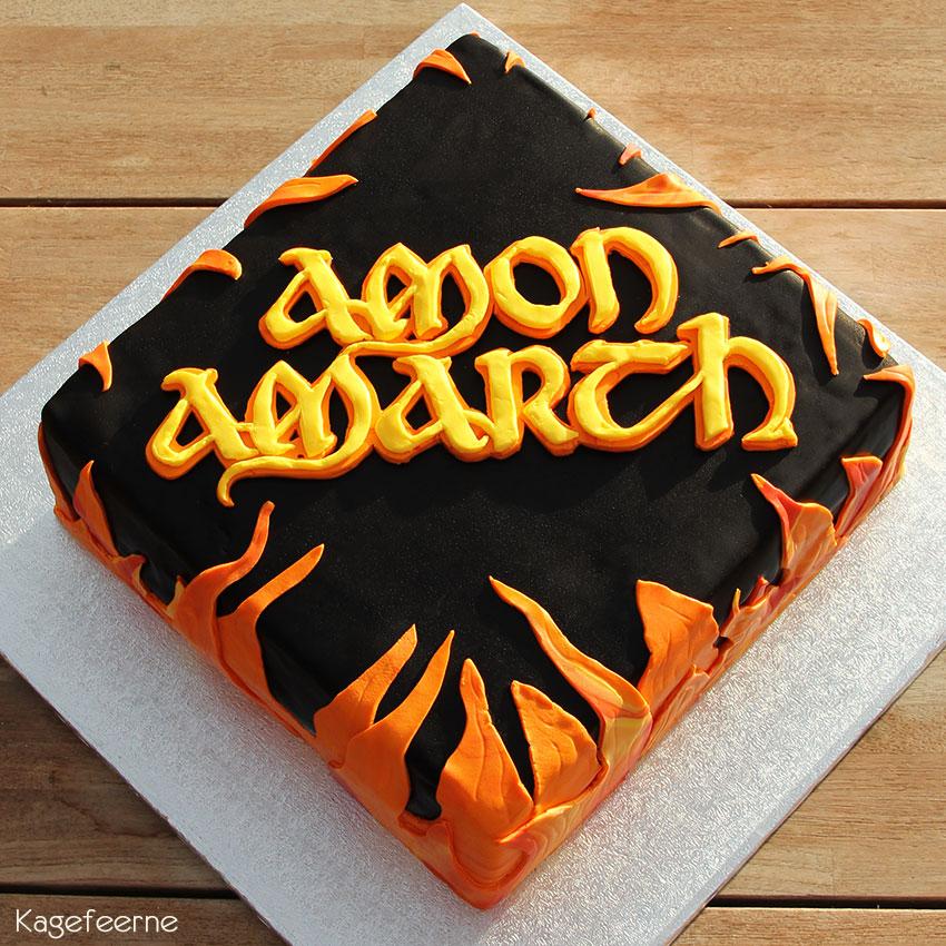 Sort Amon Amarch kage med logo og flammer oppefra