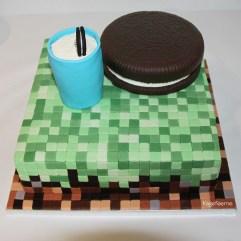 Oreo kage med et glas mælk placeret på en Minecraft kage