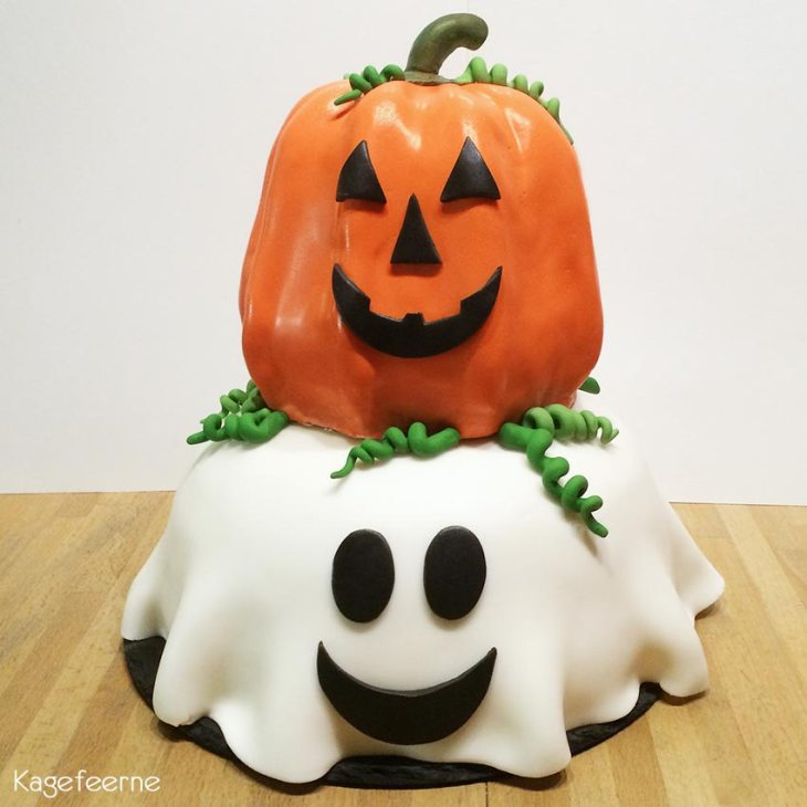 Halloween kage med græskar og spøgelse oven på hinanden