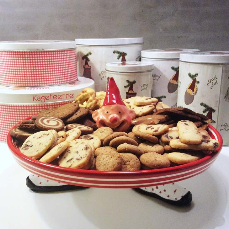 Hjemmelavede julesmåkager på kagefad