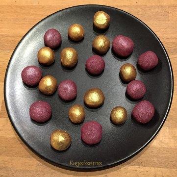Hjemmelavede mini cakepops med hindbærstøv og guldstøv