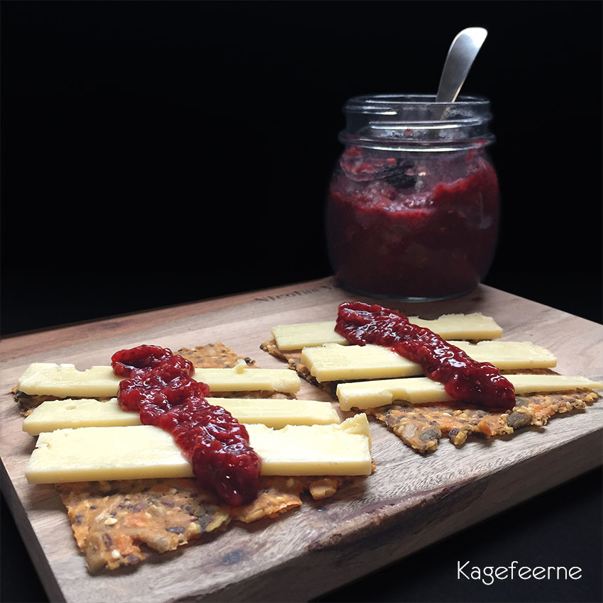 knækbrød med jordbær og hindbær marmelade på dadler og chiafrø