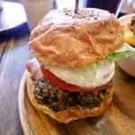 桐生市本町5丁目「Ju the burger(ジューザバーガー)」のメリケンバーガーとチリチーズポテト