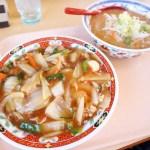 熊谷市中奈良「永華」の中華丼と半ラーメンのセット(ランチセットNo.14)