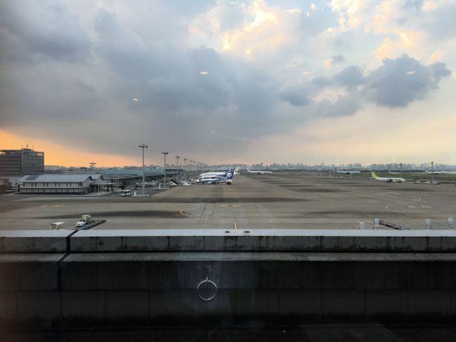 端の搭乗口側の3Fにあります。この時には九州行や札幌行きの飛行機が駐機していました。端といっても羽田第2ターミナルですから、辺鄙な場所ではありません!近くにANAラウンジもあるぐらいですから。