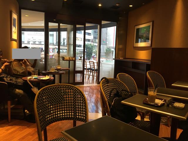 銀座4丁目交差点の喫煙席があるカフェ・ルカフェドトール・銀座店の喫煙室
