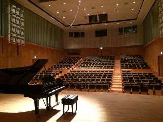 鹿児島市内にある複合施設「サンエールかごしま」2F講堂の写真です。クラシック音楽用に反響板が組まれた状態の写真です。サンエールかごしまでなにか催し物をされる方など雰囲気を参考にされてください。