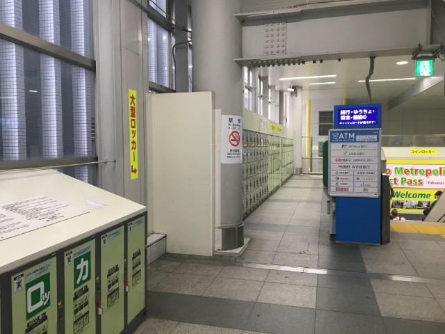 秋葉原駅には2Fにコンコースがあります。山手線のみを使っていると、あまりこの場所に行くことがないので、見逃されがちです。 改札口から3Fにある「総武線ホーム」に行くためには、このコンコースを通ります。このコンコースは結構広いのですが、2箇所コインロッカーがあります。 駅の中心地にあるために、電気街口からもわかりやすく、エスカレーターもあるのですぐに行けます。オススメ 3月31日の昼間でもコンロッカーにそこそ空きがありました。 2Fまで行くと大きな文字でコインロッカーと書いているんですけどね笑