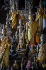 薄暗い中に佇む仏像たち