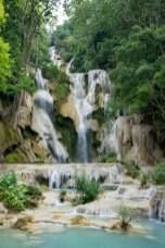 美しい滝に見惚れます。