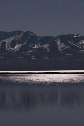 湖を月光が照らします。