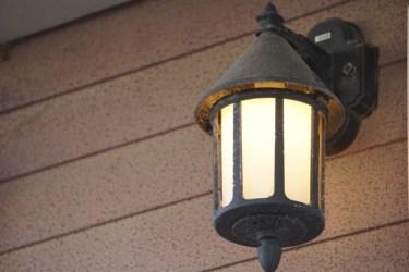 これで夜間の帰宅も安心!玄関灯を人感センサーに交換しよう
