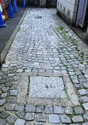 石畳とマンホールとクランク坂