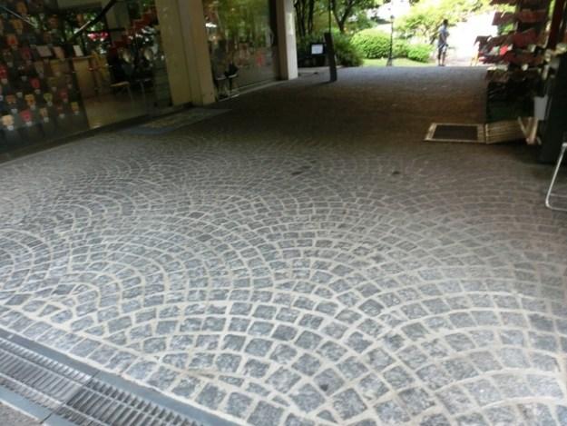 石畳と日仏学院