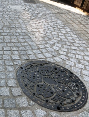 石畳とマンホールと毘沙門横丁