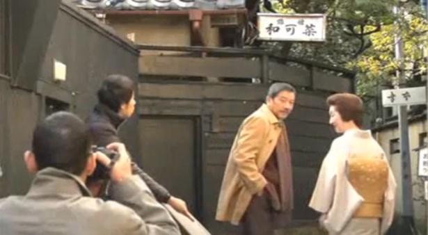 「和可奈」の前にたたずむ作家、津山冬彦。「拝啓、父上様」で出ました。