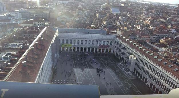 サンマルコ広場を鐘楼から見た場合