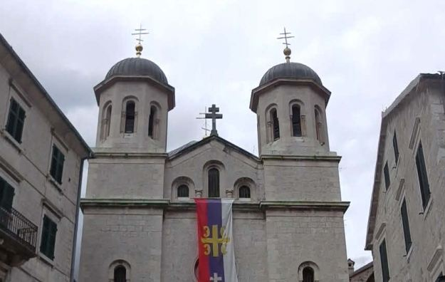 2本の塔の上にはセルビア正教会の十字形