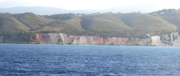 ケファロニア島は石灰岩が見える