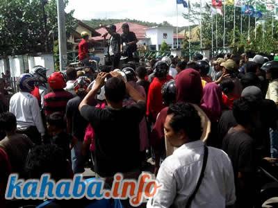 Ratusan pengunjuk rasa memadati areal kantor KPUD Kota Bima. Foto: Arief