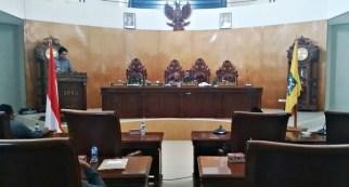 Dedy Mawardi saat memberikan laporan hasil Kunker pada rapat Paripurna. Foto: Bin
