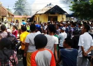 Warga menonton kebakaran kantor Polres Bima Kota. Foto: Bin