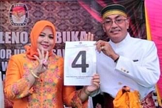 Pasangan Calon DINDA saat menunjukan Nomor urut 4