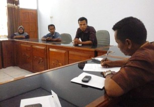 Muhdar (tengah) Penjaga SMPN 1 Sape saat mengadukan nasibnya di Komisi IV DPRD Kab Bima didampingi pihak keluarga. Foto: Ady