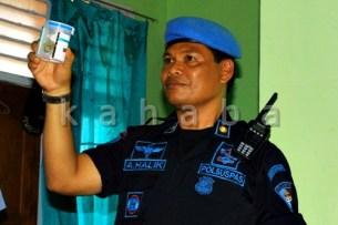 Kepala Rutan Bima, Abdul Halik menunjukan urine pegawai Rutan. Foto: Deno