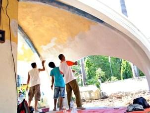 Warga Tente saat cat bagian dalam Monumen Pelopor Pancasila. Foto: Faris