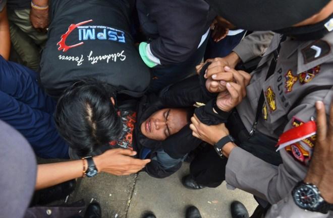 Dikeluarkan paksa. Buruh tidak melawan | Foto: Tim Media FSPMI Purwakarta