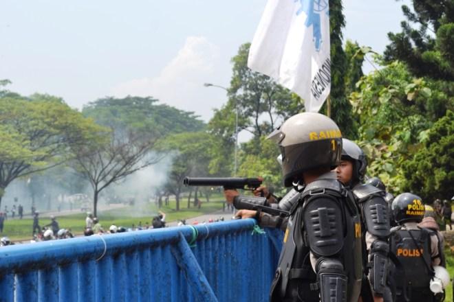 Dibawah hujan gas air mata | Foto: Tim Media FSPMI Bekasi