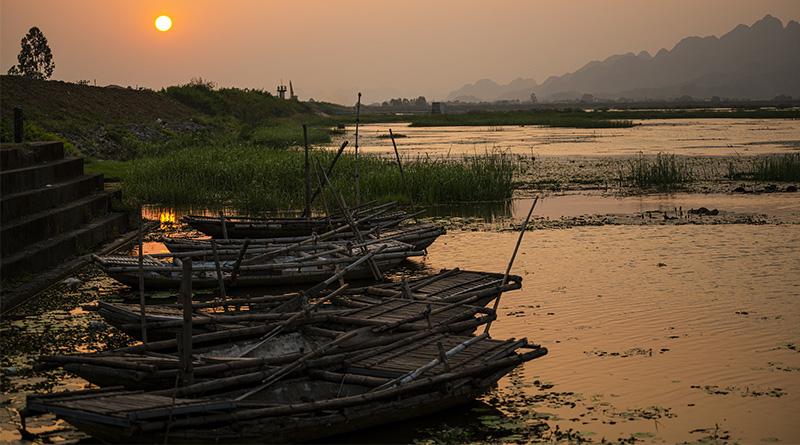 nehir ve eski kayıklar