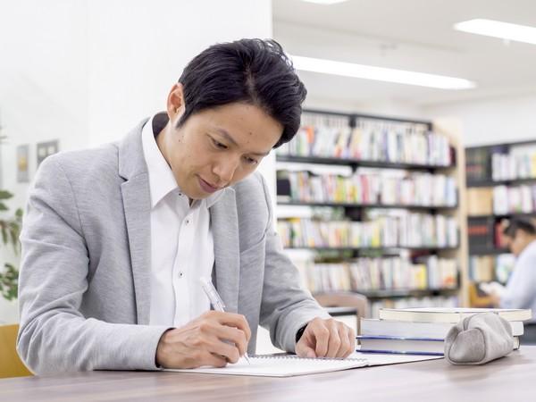 働きながら合格に向けて勉強する